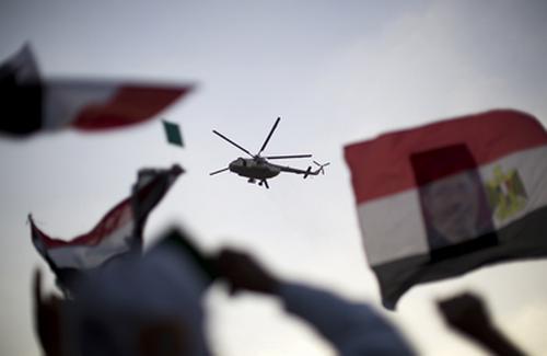 hélicoptère de l'armée égyptienne survolant des manifestants pro-Morsi, Le Caire. Crédit photo : AFP/Mahmud Hams